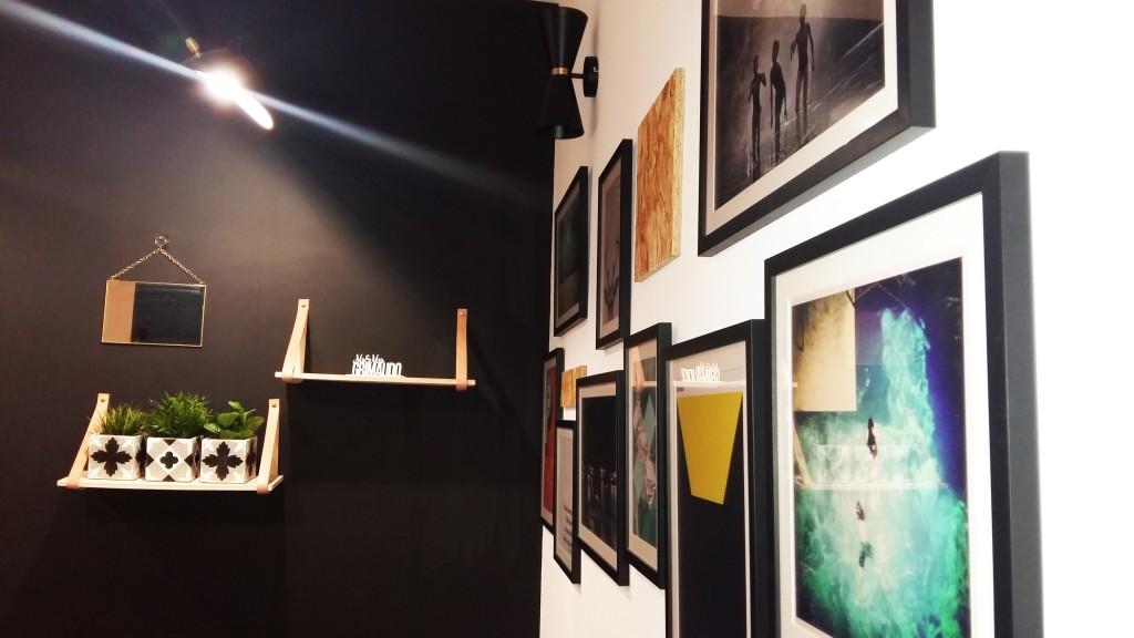 mur de cadres noirs étagère cuir Salon salle à manger scandinave ethnique meubles années 50 bouc bel air décoration d'intérieur Marseille Coralie Aubert