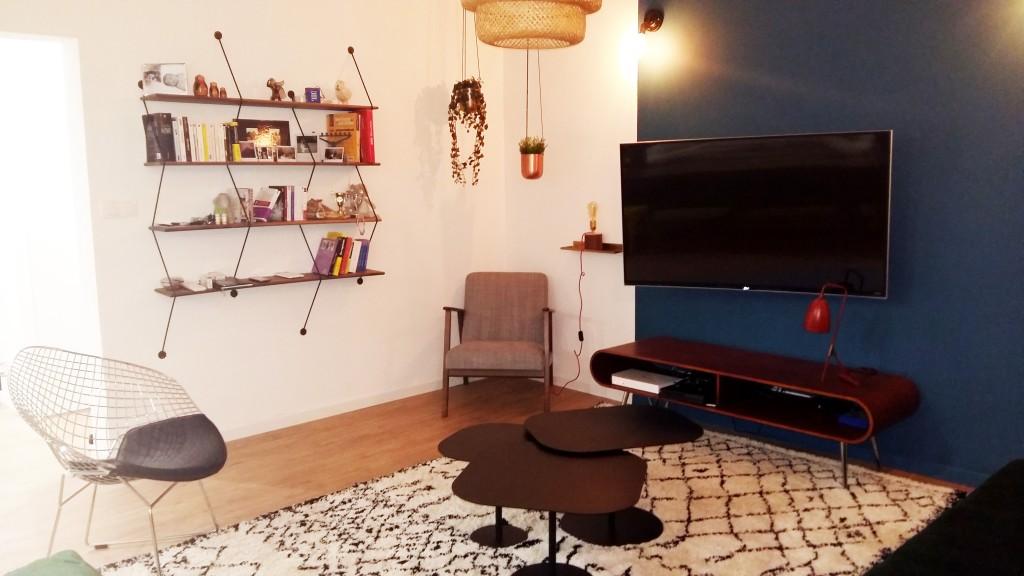 bibliothèque la chance pot suspendus cuivre meuble tv made fauteil gris ikea tapis berbere ethnique Salon salle à manger scandinave ethnique m bouc bel air décoration d'intérieur Marseille Coralie Aubert